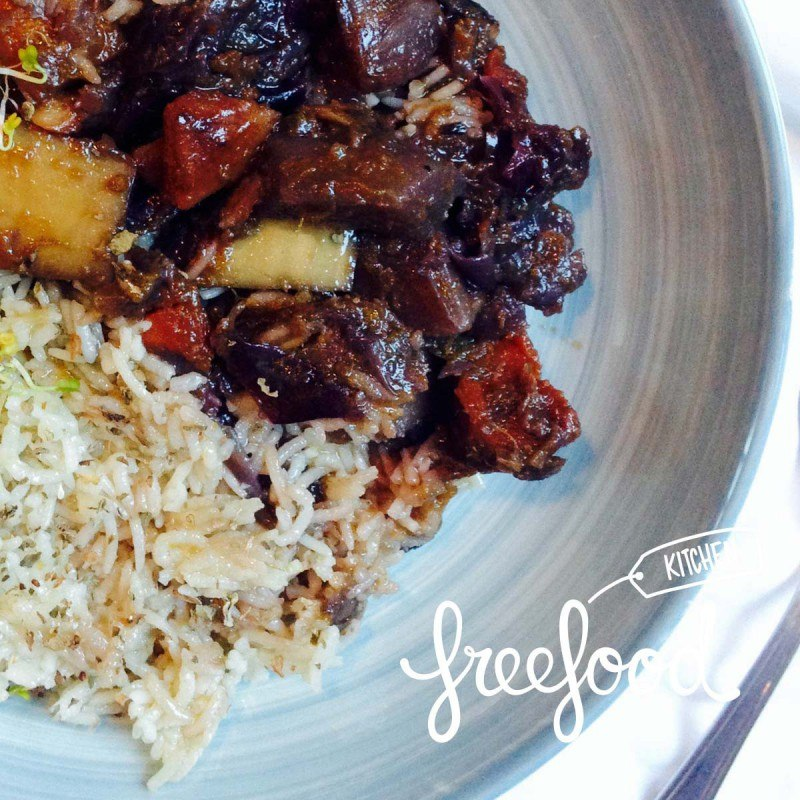 Estofado largo de verduras redondas y de raíz con arroz thai