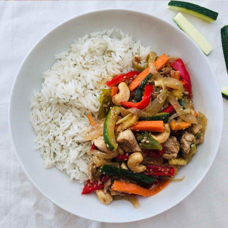 Wok de verduras con pollo, anacardos y arroz thai