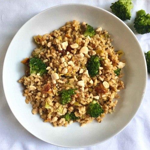 Arroz integral con brócoli, tomate seco y almendras tostadas.