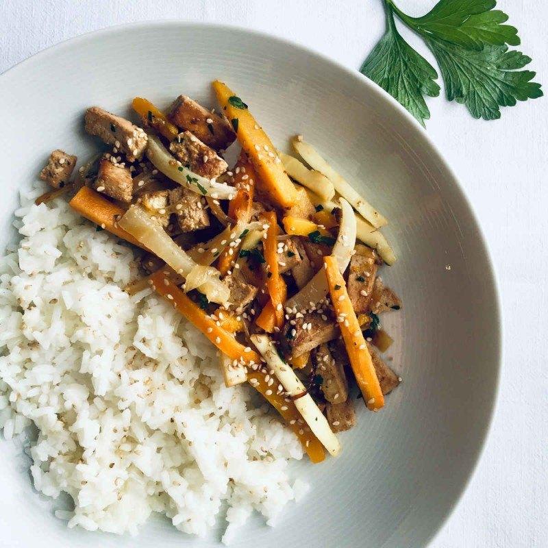 Wok de tiras de tofu y verduras de raíz con arroz thai